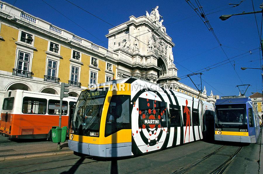 Sistêma de transporte urbano no Largo do Comércio. Lisboa. Portugal. 1999. Foto de Juca Martins.
