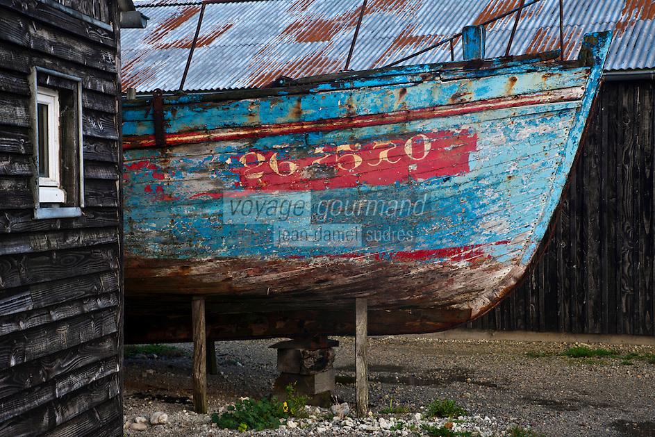Europe/France/Bretagne/29/Finistère/Camaret: Coque d'un vieux canot de pêche et batiments des chantiers naval