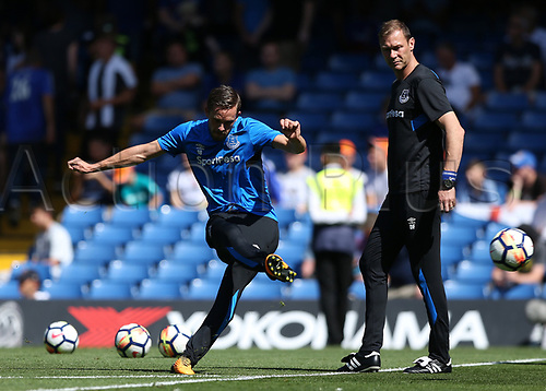 27th August 2017, Stamford Bridge, London, England; EPL Premier League football, Chelsea versus Everton; Gylfi Sigurosson of Everton during shooting practise before kick off with Duncan Ferguson watching on