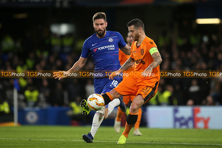 Vieirinha of PAOK Salonika controls the ball as Chelsea's Olivier Giroud looks on during Chelsea vs PAOK Salonika, UEFA Europa League Football at Stamford Bridge on 29th November 2018