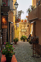 Italy, Lombardia, Bellagio: a perfect dream at Lake Como - old town lane | Italien, Lombardei, Bellagio: traumhafte Lage an der Spitze der Halbinsel, die die zwei suedlichen Arme des Comer Sees trennt - Altstdtgasse