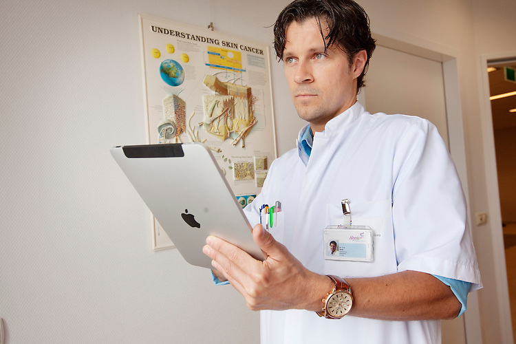 Velp, 13 september 2010.Dermatoloog Jurgen Smit in het ziekenhuis Velp gebruikt Apple iPad voor stellen van diagnoses. Software van TeleMC..Foto Felix Kalkman