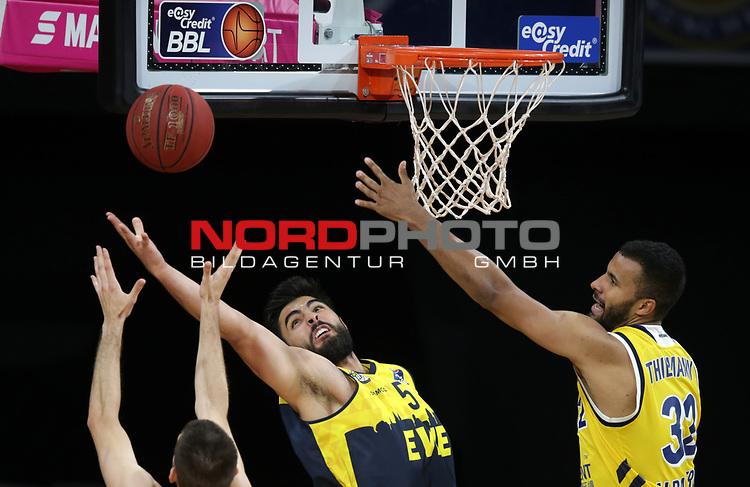 #3 Braydon Hobbs von Baskets Oldenburg , #15 Marcel Kessen von Baskets Oldenburg , #32 Johannes Thiemann von Alba Berlin   <br /> Basketball, nph0001 1.Bundesliga BBL-Finalturnier 2020.<br /> Halbfinale Spiel 2 am 24.06.2020.<br /> <br /> Alba Berlin vs EWE Baskets Oldenburg <br /> Audi Dome<br /> <br /> Foto: Christina Pahnke / sampics  / POOL / nordphoto<br /> <br /> National and international News-Agencies OUT - Editorial Use ONLY
