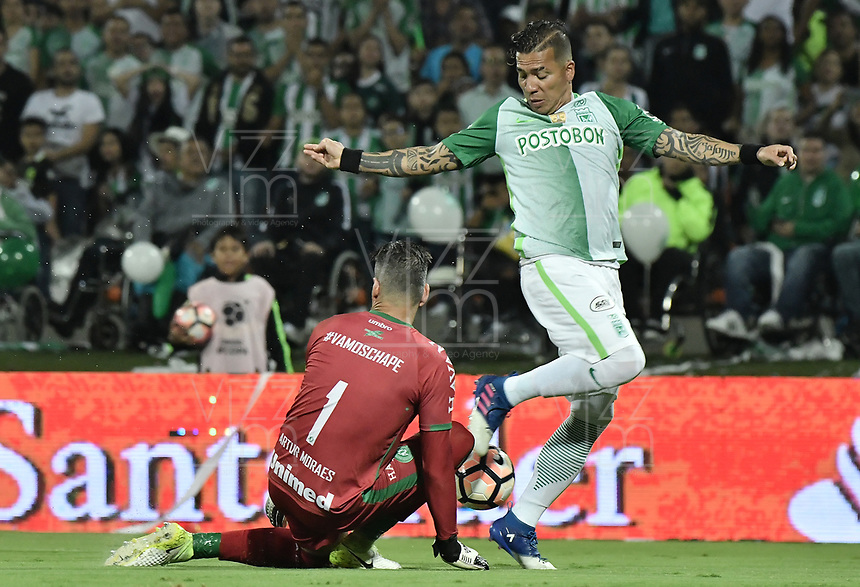MEDELLÍN -COLOMBIA-10-05-2017: Dayro Moreno (Der) jugador de Atlético Nacional de Colombia disputa el balón con Artur Moraes (Izq) arquero de Chapecoense de Brasil durante partido de vuelta por la final de la CONMEBOL Recopa Sudamericana 2017 jugado en el estadio Atanasio Girardot de la ciudad de Medellín. / Dayro Moreno (R) player of Atletico Nacional of Colombia fights for the ball with Artur Moraes (L) goalkeeper of Chapecoense of Brasil during second leg match for the final of the CONMEBOL Recopa Sudamericana 2017 played at Atanasio Girardot stadium in Medellin city. Photo: VizzorImage / Gabriel Aponte / Staff