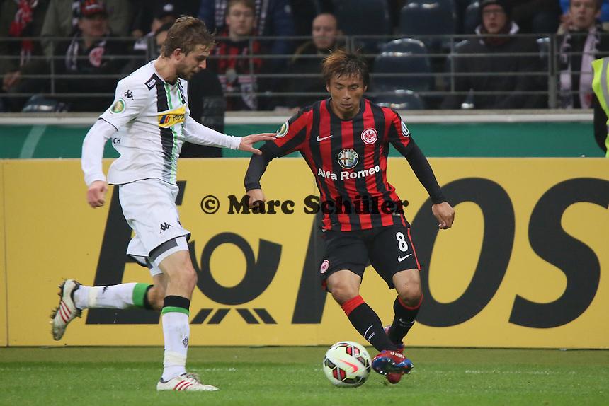 Takashi Inui (Eintracht) gegen Christoph Kramer (Gladbach) - Eintracht Frankfurt vs. Borussia Mönchengladbach, DFB-Pokal 2. Runde, Commerzbank Arena