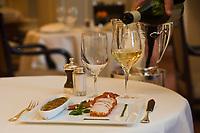 """Europe/France/Ile de France/75008/Paris: Restaurant """"Laurent"""" Accord mets vins - Vin blanc et Brandade et rouelle de morue fraiche relevée à l'huile de basilic et poivron doux"""