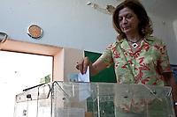 Atene,17 giugno 2012 elezioni politiche nazionali: una donna al voto in un seggio elettorale.<br /> Athens, June 17, 2012 national elections, voting<br /> Ath&egrave;nes, Juin 17, 2012 &eacute;lections nationales, les bureaux de vote
