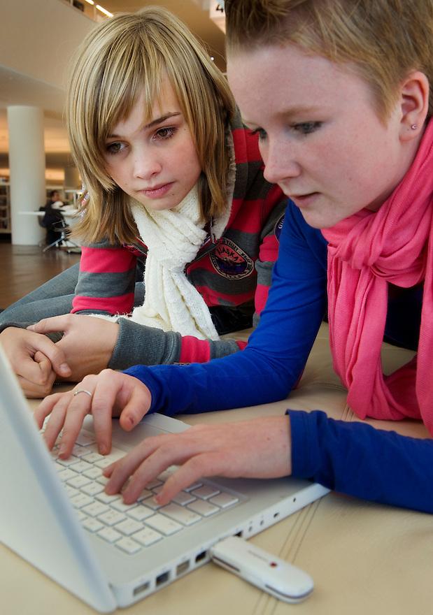 Nederland, Amsterdam, 21 okt 2010.Twee meisjes samen met een laptop computer..Links: Elise, 15j, rechts, Sanne, 15 jaar...Foto (c)  Michiel Wijnbergh..Commercieel gebruik mogelijk na overleg. Adressen van de meisjes bekend bij fotograaf.