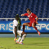 CALI -COLOMBIA-26-12-2012. Wander  Luis (d) del América de Cali disputa el balón con Tardeli Peña (i) del Depor FC durante partido de la fecha 13 del Torneo Postobón I-2013 en el estadio Pacual Guerrero./ Wander Luis (r) of America de Cali fights for the ball with Tardeli Peña  (l) Depor FC during match of the 13th date of Postobon Tournament I-2013 at Pascual Guerrero stadium. Photo: VizzorImage/Juan C. Quintero/STR
