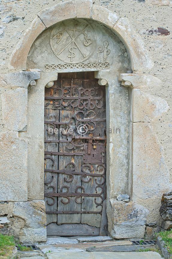 France, Hautes-Pyrénées (65), Ens, la chapelle d'Ens, la porte et son linteau à chrisme //France,Hautes-Pyrenees, Ens, Ens chapel, the door