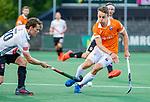 AMSTELVEEN -  Yannick van der Drift (Bldaal) met Tijn Lissone (Adam)   tijdens de play-offs hoofdklasse  heren , Amsterdam-Bloemendaal (0-2).    COPYRIGHT KOEN SUYK