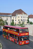 HUN, Ungarn, Budapest, Stadtteil Buda, Burgviertel: Stadtrundfahrt mit dem Doppeldecker | HUN, Hungary, Budapest, Castle District: sightseeing trip with double decker