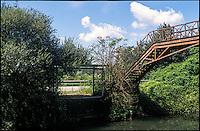 Giussago (Pavia), una fermata dell'autobus lungo la strada statale, presso un vecchio ponte in ferro sul Naviglio Pavese --- Giussago (Pavia), a bus stop on the state highway by an old iron bridge on the Naviglio Pavese canal