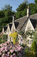 Great Britain, England, Gloucestershire, Bibury: Typical cotswold cottage garden in Summer | Grossbritannien, England, Gloucestershire, Bibury: typische Haeuschen mit Garten im Distrikt Cotswold in der Grafschaft Gloucestershire