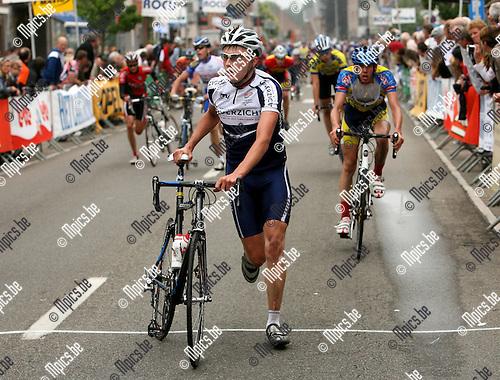 2007-06-09 / Wielrennen / Junioren Rijmenam: Giel Bruyneel was één van de slachtoffers van de valpartij tijdens de eindspurt.