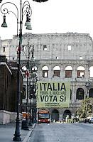 """Attivisti di Greenpeace srotolano uno striscione contro il nucleare, al Colosseo, Roma, 10 giugno 2011, in vista del referendum del 12 e 13 giugno..Greenpeace activists unroll a banner reading """"Italy stop the Nuclear. Vote Yes"""" from the Colosseum in Rome, 10 june 2011. A referendum on nuclear power in Italy is scheduled for 12 and 13 june..UPDATE IMAGES PRESS/Riccardo De Luca"""