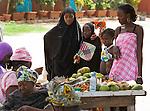Africa, Afrika, Senegal, 17-09-2011, Dakar, Dakkar, Voor de kust van Dakar ligt het voormalige slaveneiland Isle de Goré. ( Goeree, uit het Nederlands) Tijdens de slavenhandel geregeerd door Nederlanders, en later over genomen door de Fransen.. Ook dit eiland staat op de UNESCO wereld erfgoed lijst. Moslim kinderen kopen fruit aan een stalletje.. foto: michael Kooren/HH