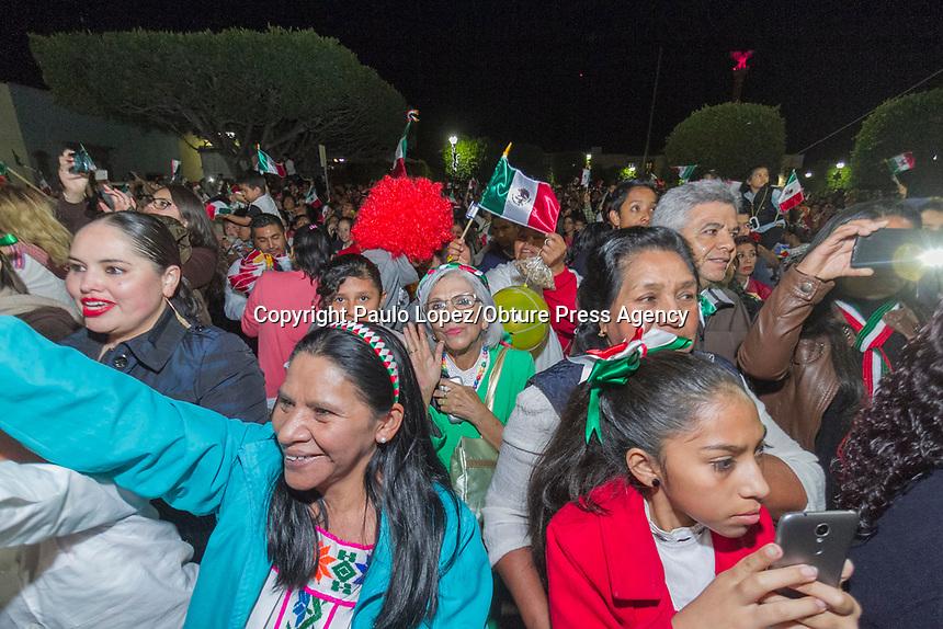 San Juan del Río.,Qro. 15 de sep 2017.- 207 aniversario del grito de independencia, el Presidente Guillermo Vega recuerda a los héroes de nuestra nación dando el grito de independencia en la plaza principal de San Juan del Río, con una asistencia de 4000 personas.