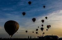 TORRES, RS, 02 DE MAIO 2013 - FESTIVAL INTERNACIONAL  DE BALONISMO - Segunda prova do Festival Internacional de Balonismo, em Torres, litoral norte do Rio Grande do Sul, na manhã desta quinta-feira, 02. O evento reunirá pilotos de vários lugares do mundo como Argentina, Peru, Austrália, França e Reino Unido e segue até domingo (5).FOTO: VANESSA CARVALHO - BRAZIL PHOTO PRESS.