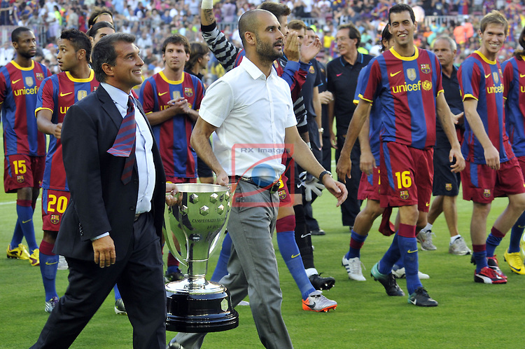 45 Trofeo Joan Gamper - FC Barcelona vs AC Milan .25th Mayl 2010, stadium Camp Nou Barcelona  (FVFotosports) Joan Laporta carry the Spanish League cup with Pep Guardiola