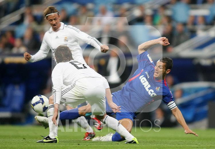 Getafe's Javier casquero (r) and Real Madrid's Guti (l) during La Liga match.April 21 2009. (ALTERPHOTOS/Acero).