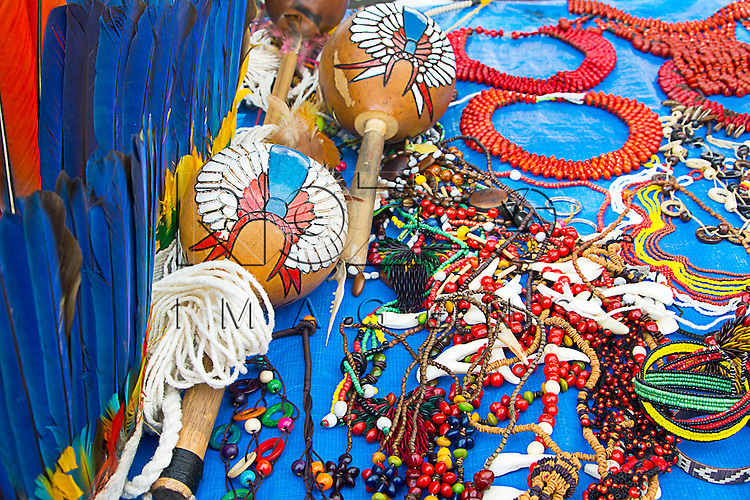 Artesanato feito por índios expostos para venda, São Paulo - SP, 08/2015.