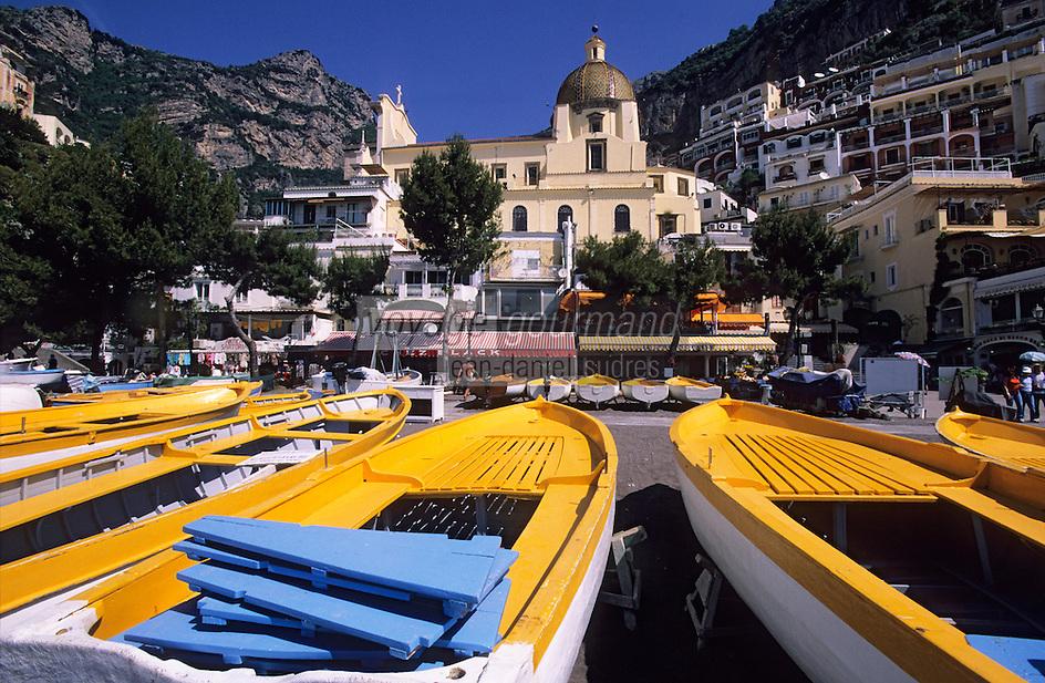 Europe/Italie/Côte Amalfitaine/Campagnie/Positano : Barques sur la plage et S. Maria Assunta et sa coupole de Majolique