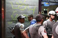 SÃO PAULO, SP - 30.08.2013: ROUBO DE CELULAR AV PAULISTA - Suspeido é detido na Av Paulista Próximo ao MASP na noite dessa 6feira (30)após roubo de Celular. (Foto: Marcelo Brammer/Brazil Photo Press)