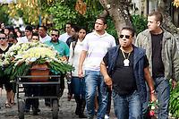 Rio de  Janeiro,17 de Julho de  2012 - O policial civil Antônio da Gama,de 49 anos assassinado na última segunda-feira(16) onde trabalhava como segurança em uma  creche no Grajaú, zona norte do RJ há três anos,é sepultado na  tarde desta terça-feira(17) no Cemitério São Francisco Xavier , no caju, Zona Portuária do RJ.Após  bandidos de  favela  vizinha ao  cemitério tentarem impedir  o enterro do  policial, o helicópetero da  policia  civil pilotado pelo policial Adones , fez  sobre vôos garantindo a  segurança  do local.<br /> Guto Maia/ Brazil Photo Press