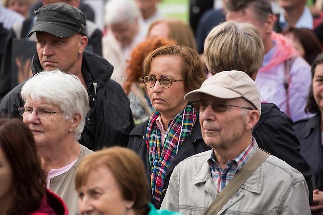 &quot;Marsch fuer das Leben&quot; des konservativen Bundesverbandes Lebensrecht (BVL) am Samstag den 17. September 2016 in Berlin. Mehrere tausend Lebensschuetzer zogen mit dem jaehrlichen &quot;Marsch fuer das Leben&quot;. Sie sind gegen ein Selbsbestimmungsrecht der Frau und fuer ein Verbot von Abtreibung.<br /> Gegnerinnen und Gegner der christlichen Fundamentalisten protestierten lautstark und riefen &quot;Mittelalter, Mittelalter!&quot; und &quot;Haett Maria abgetrieben, waert ihr uns erspart geblieben&quot;.<br /> In der Bildmitte: Beatrix von Storch, AfD.<br /> 17.9.2016, Berlin<br /> Copyright: Christian-Ditsch.de<br /> [Inhaltsveraendernde Manipulation des Fotos nur nach ausdruecklicher Genehmigung des Fotografen. Vereinbarungen ueber Abtretung von Persoenlichkeitsrechten/Model Release der abgebildeten Person/Personen liegen nicht vor. NO MODEL RELEASE! Nur fuer Redaktionelle Zwecke. Don't publish without copyright Christian-Ditsch.de, Veroeffentlichung nur mit Fotografennennung, sowie gegen Honorar, MwSt. und Beleg. Konto: I N G - D i B a, IBAN DE58500105175400192269, BIC INGDDEFFXXX, Kontakt: post@christian-ditsch.de<br /> Bei der Bearbeitung der Dateiinformationen darf die Urheberkennzeichnung in den EXIF- und  IPTC-Daten nicht entfernt werden, diese sind in digitalen Medien nach &sect;95c UrhG rechtlich geschuetzt. Der Urhebervermerk wird gemaess &sect;13 UrhG verlangt.]
