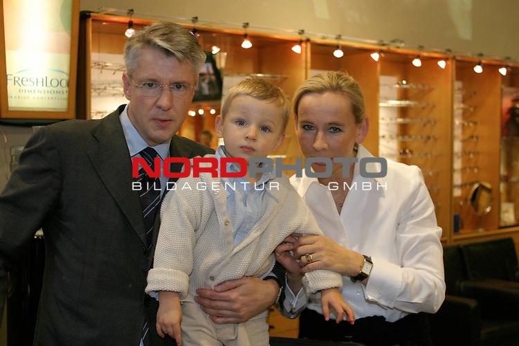 75 Jahre CARL Unternehmensgruppe, Charity-Veranstaltung &quot;Brillen helfen Kindern&quot; <br /> <br /> Hartmut Carl mit Ehefrau Stefanie und Sohn Ferdinand (2 Jahre und 4 Monate) im Hauptgeschaeft an der Eppendorfer LandstraŖe in Hamburg-Eppendorf.<br /> Foto &copy; nordphoto / Volker Sarbach<br />  *** Local Caption *** Foto ist honorarpflichtig! zzgl. gesetzl. MwSt.<br />  Belegexemplar erforderlich<br /> Adresse: nordphoto<br /> Georg-Reinke-Strasse 1<br /> 49377 Vechta