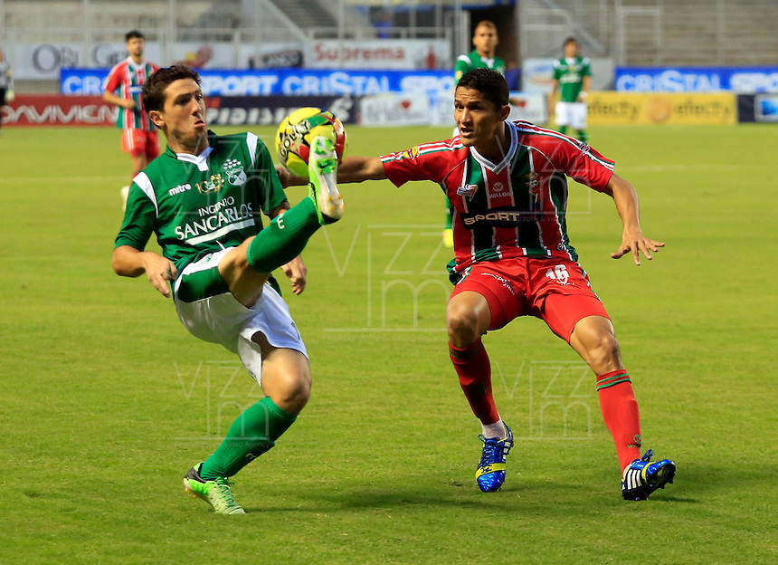 CALI- COLOMBIA - 25-09-2013: Lucas Sacaglia (Izq.) jugador del Deportivo Cali disputa el balón con Hugo Bolaño (Der.) jugador del Patriotas F.C. durante el partido en el estadio Deportivo Cali de la ciudad de Cali, septiembre 25 de 2013. Deportivo Cali y Patriotas F.C. durante partido por la undecima  fecha de las de la Liga Postobon II. (Foto: VizzorImage / Juan C. Quintero / Str). Lucas Sacaglia (L), player of Deportivo Cali vies for the ball with Hugo Bolaño (R) player of Patriotas F.C. during a math in the Deportivo Cali Stadium in Cali city, September 25, 2013. Deportivo Cali and Patriotas F.C. in a match for the eleventh round of the Postobon II League. (Photo: VizzorImage / Juan C. Quintero / Str).