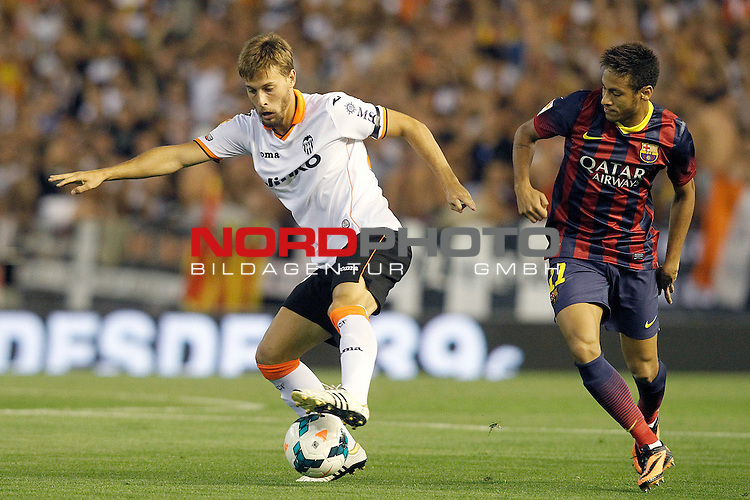 Valencia's Sergio Canales (l) and FC Barcelona's Neymar Santos Jr during La Liga match.September 1,2013. Foto © nph / Acero)