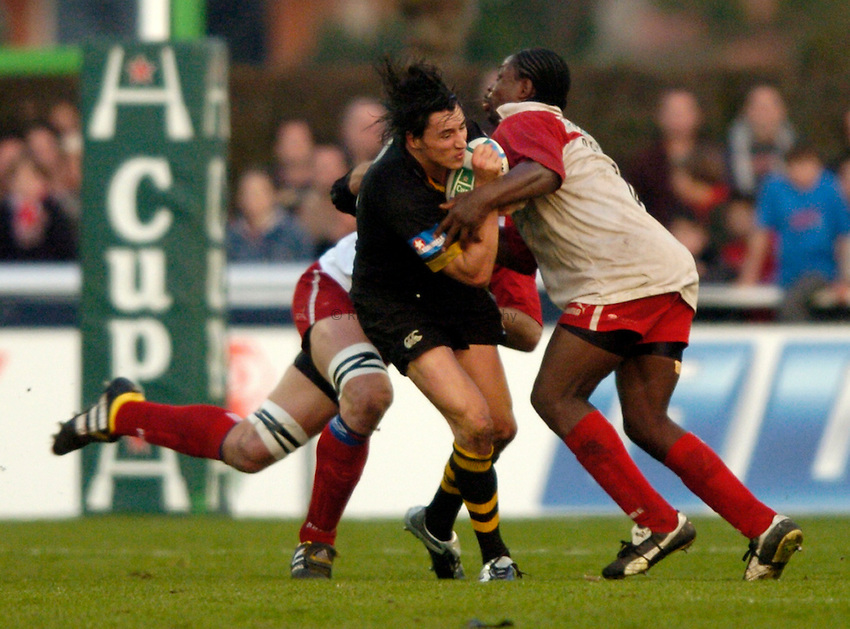 Photo: Richard Lane..Biarritz Olympique v London Wasps. Heineken Cup. 15/01/2005..Rob Hoadley is tackled by Serge Betsen.