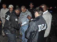 """El Poder Ejecutivo autorizó la entrega en extradición a Estados Unidos del dominicano Ramón Antonio del Rosario Puente, """"Toño Leña"""", acusado de tráfico de drogas, quien a las 7:10 de la noche de ayer fue llevado a Estados Unidos, acompañado de agentes de la DEA."""