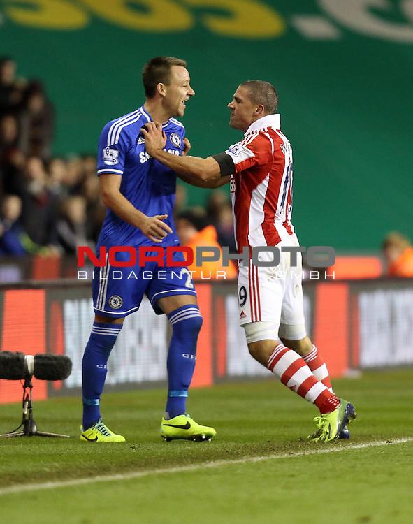 Stoke City's Jonathan Walters pushes Chelsea's John Terry -  07/12/2013 - SPORT - Football - Stoke-On-Trent - Britannia Stadium - Stoke City v Chelsea - Barclays Premier League<br /> Foto nph / Meredith<br /> <br /> ***** OUT OF UK *****