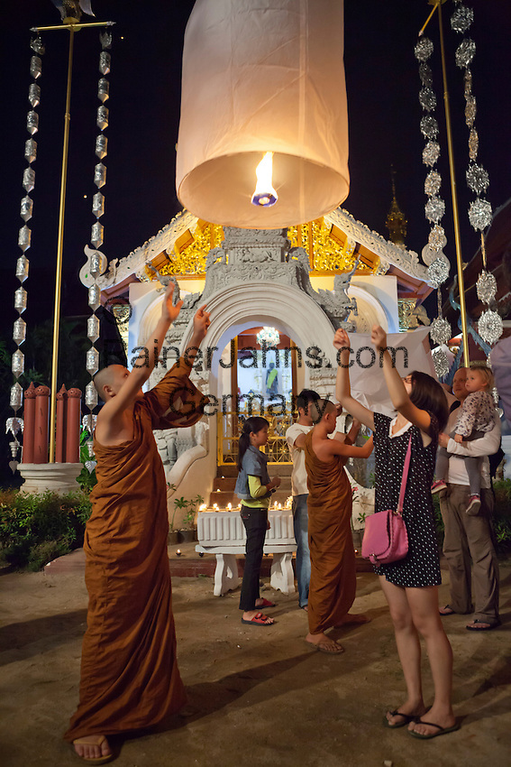 Thailand, Northern Thailand, Chiang Mai: Paper lanterns being released at Loi Krathong festival | Thailand, Nordthailand, Chiang Mai: Tradition beim Loi Krathong Festival, Papierlaternen steigen lassen