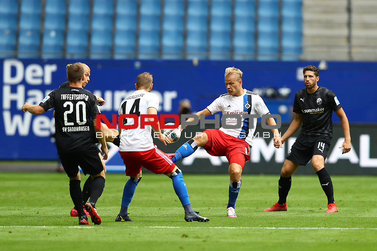 Sandhausens Emanuel Taffertshofer, Hamburgs Aaron Hunt, Hamburgs Joel Pohjanpalo und Sandhausens Tim Kister beim Spiel Hamburger SV gegen den  SV Sandhausen in Hamburg / 280620<br />