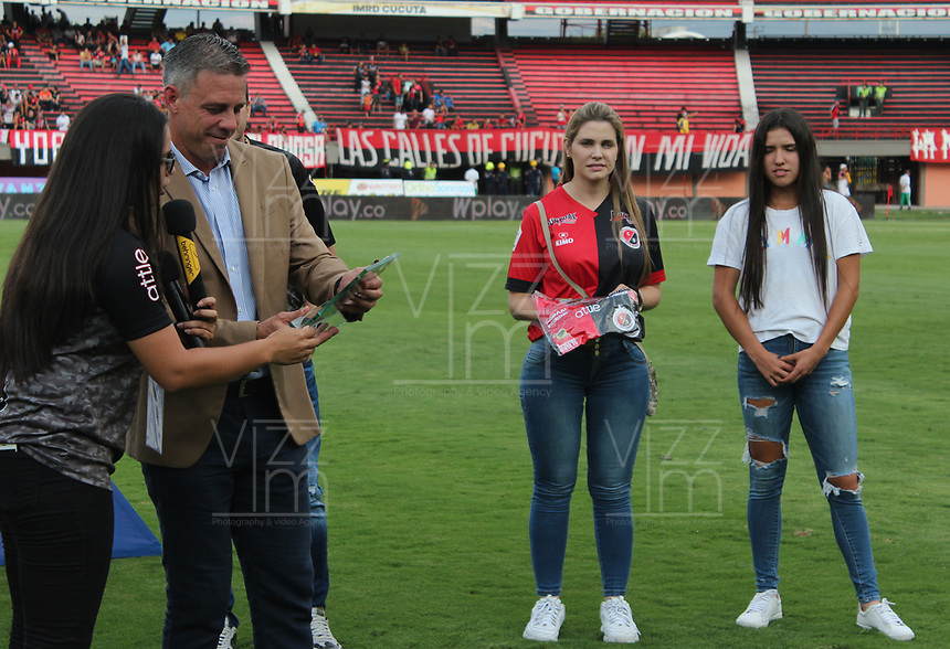BARRANCABERMEJA - COLOMBIA, 22-09-2019:Homenaje a luicas Pusineri técnico del Cali  y  Maria Camila Osorio campeona US Open Juvenil 2019 previo al partido por la fecha 12 de la Liga Águila II 2019 entre Alianza Petrolera y Unión Magdalena jugado en el estadio Daniel Villa Zapata de la ciudad de Barrancabermeja. / Tribute to Lucas Pusineri coach of cali and Maria Camila Osorio US Open women Youth champion 2019 prior the match for the date 12 as part of Aguila League II 2019 between Alianza Petrolera and Union Magdalena played at Daniel Villa Zapata stadium in Barrancabermeja city. Photo: VizzorImage / Jose Martinez / Cont