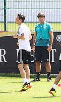 Bundestrainer Joachim Loew (Deutschland Germany) beobachtet Mesut Oezil (Deutschland Germany) - 01.06.2018: Training der Deutschen Nationalmannschaft zur WM-Vorbereitung in der Sportzone Rungg in Eppan/Südtirol