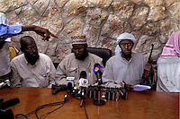 Mogadiscio Somalie dec 2006.Appel au Djiadistes du monde entier a rejoindre l Union des Tribunaux Islamiques en Somalie.  Mogadicio 03 dec 2006.Cheikh Muktar Robow Abu Mansoor Vice Ministre de le defense et Fuad Mohammed Khalf Ministre de l education ( turban blanc ) lors d une conférence de presse affirme que les ecoles seront fermees afin de permettre aux etudiants d aller au front.A call for Jihadists of the world to join the Union of Islamic Tribunals in Somalia. Mogadishu, December 3, 2006..At a press conference, Sheikh Mukhtar Robow Abu Mansoor, deputy minister of defense, and Fuad Mohammed Khalf, minister of education (white turban), announced that schools would be closed so that students could go to the front...