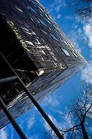 """Dans la ville haute, d'étranges immeubles désaffectés attendent la """"gentrification"""" en cours. Le processus de métropolisation est à l'oeuvre."""