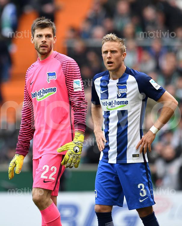 FUSSBALL     1. BUNDESLIGA      31. SPIELTAG    SAISON 2016/2017  SV Werder Bremen - Hertha BSC Berlin                          29.04.2017 Torwart Rune  Jarstein (li) und Per Ciljan Skjelbred (re, beide Hertha BSC Berlin)