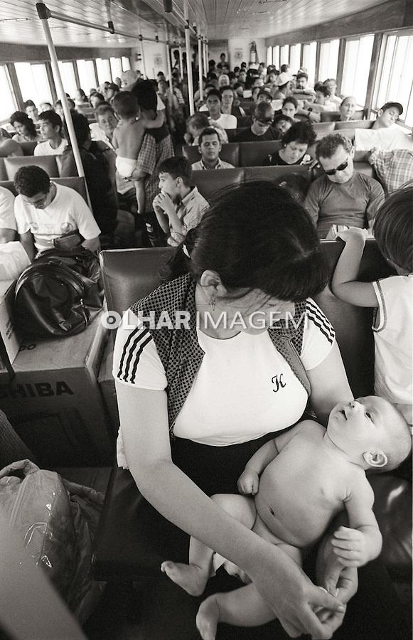 Mae com bebe em barco de transporte de passageiros. Cameta. Para 1999. Foto de Sergio Amaral.