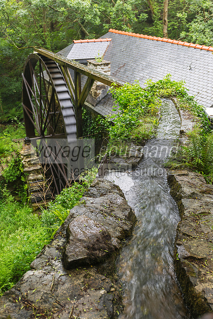 France, Bretagne, (29), Finistère, Cap Sizun, Beuzec-Cap-Sizun: Moulin de Kériolet, ce moulin a eau se trouve dans le vallon du Kériolet dans la zone protégée de la pointe du Millier - Ce moulin produit de la farine de blé noir et sarrazin - la roue à augets // France, Brittany, Car Sizun, Beuzec Cap Sizun:  Kériolet mill, this water mill is in the Kériolet valley in the protected area of Pointe du Millier - This mill produces flour buckwheat and buckwheat