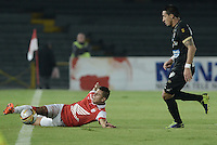BOGOTÁ -COLOMBIA, 06-12-2014. Juan D Roa (Izq) de Independiente Santa Fe disputa el balón con Jonathan Lopera (Der) jugador de Once Caldas durante partido por la fecha 5 de los cuadrangulares semifinales de la Liga Postobón II 2014 jugado en el estadio Nemesio Camacho el Campín de la ciudad de Bogotá./ Juan D Roa player (L) of Independiente Santa Fe fights for the ball with Jonathan Lopera (R) player of Atletico Huila during the match for the 5th date of the semifinal quadrangular of the Postobon League I 2014 played at Nemesio Camacho El Campin stadium in Bogotá city. Photo: VizzorImage/ Gabriel Aponte / Staff
