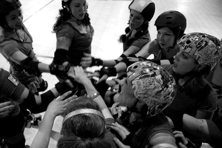 The SF ShEvil Dead rally for some extra points during their loss to the Oakland Outlaws at an away game in Oakland, CA...(©Matt McKnight, 2008)