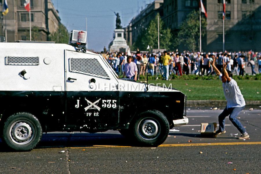 Repressão a manifestação pelo não à ditadura militar. Chile. 1988. Foto de Salomon Cytrynowicz.