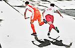 AMSTELVEEN - 01-07-2011-  Sander de Wijn (l) in duel met de Engelsman Nick Catlin,, tijdens de hockeywedstrijd tussen de mannen van Nederland en Engeland  voor de Four Nations Cup in Amstelveen (2-2). FOTO KOEN SUYK    Ramplaan 9a 2015GR Haarlem 0653427677