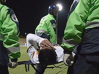 BOGOTA -COLOMBIA, 22-09-2015. David Mendieta jugador de Luqueño abandona el campo de juego lesionado durante el partido de ida entre Deportes Tolima (COL) y Sportivo Luqueño (PAR) por los octavos de final, llave D, de la Copa Sudamericana 2015 jugado en el estadio Metropolitano de Techo de la ciudad de Bogotá./ David Mendieta player of Luqeño leaves the field injured during the first leg match between Deportes Tolima (COL) and Sportivo Luqueño (PAR) for the knockout round of the Copa Sudamericana 2015 played at Metropolitano de Techo stadium in Bogota city. Photo: VizzorImage / Gabriel Aponte / Staff